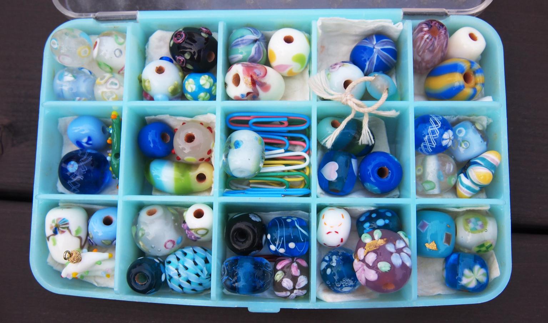 トンボ玉は、細かい模様のついたガラス玉で、穴があいている。ネックレスやかんざしなどのアクセサリーのパーツとして用いられることが多い。