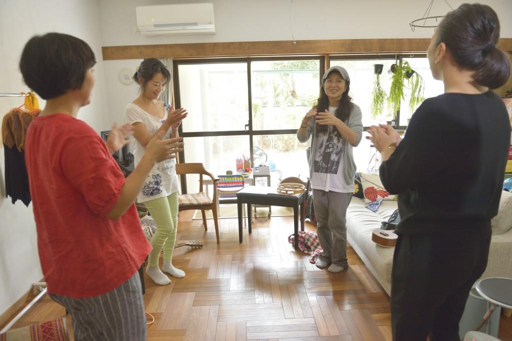 ナオ宅での練習風景。足踏み&手拍子をしながら、リズムの表&裏を体で感じ、覚える。