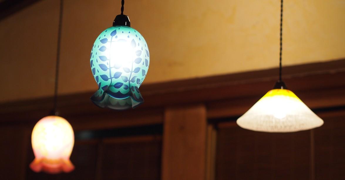 店内を飾る田子さんのランプシェードたち
