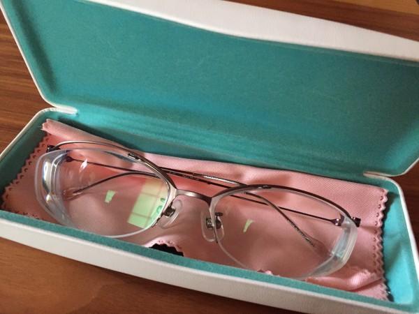 あまり、デザインはどうかなと思いながら、家用眼鏡だから、かけ心地を優先してしまう自分がちょっとイヤ!