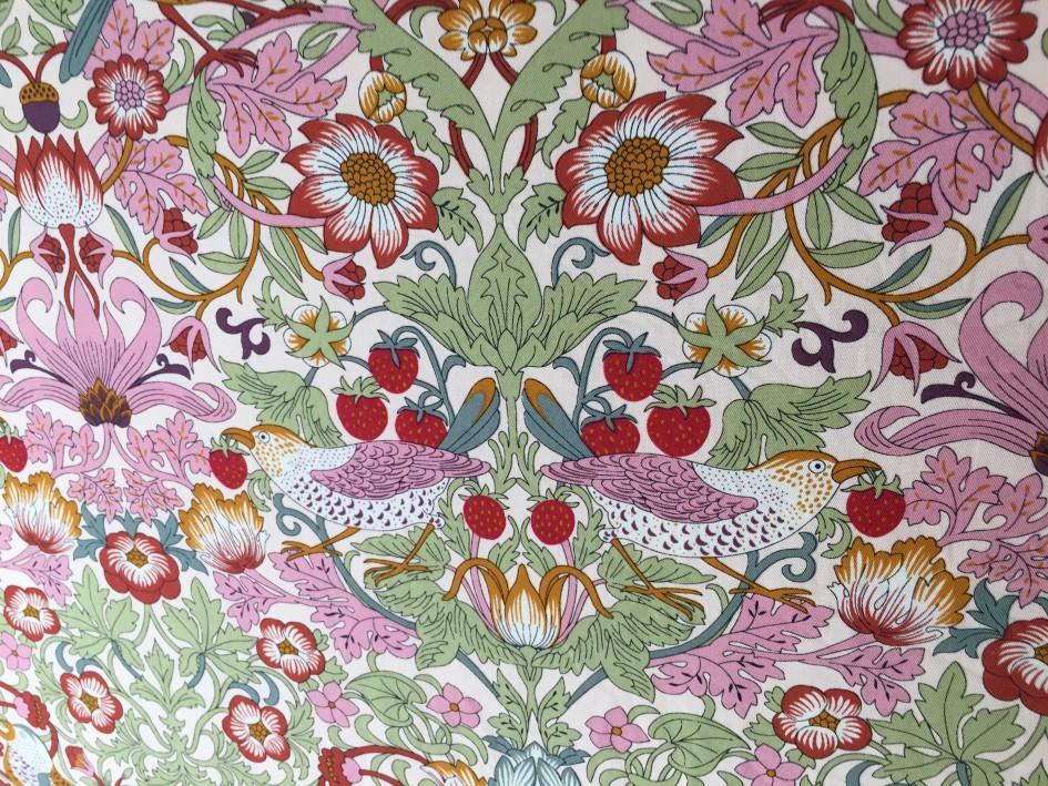ウィリアム・モリスのイチゴ泥棒柄の珍しいピンク色パターン。夢見る娘の掛け布団カバーですう。